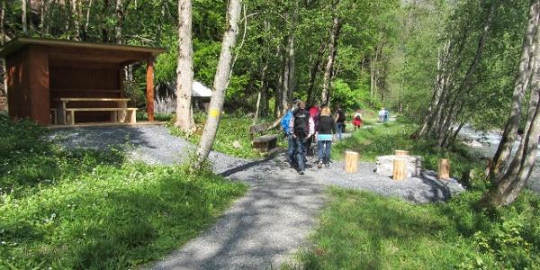 Wanderer erkunden den Steinbock Lehrpfad