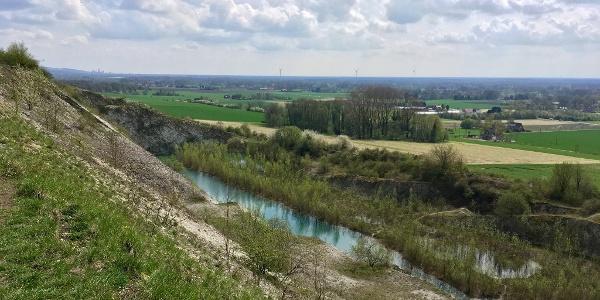 Blick in den Kalksteinbruch und ins Münsterland