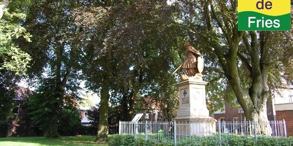 Statue der Germania auf dem Kirchplatz in Wittmund