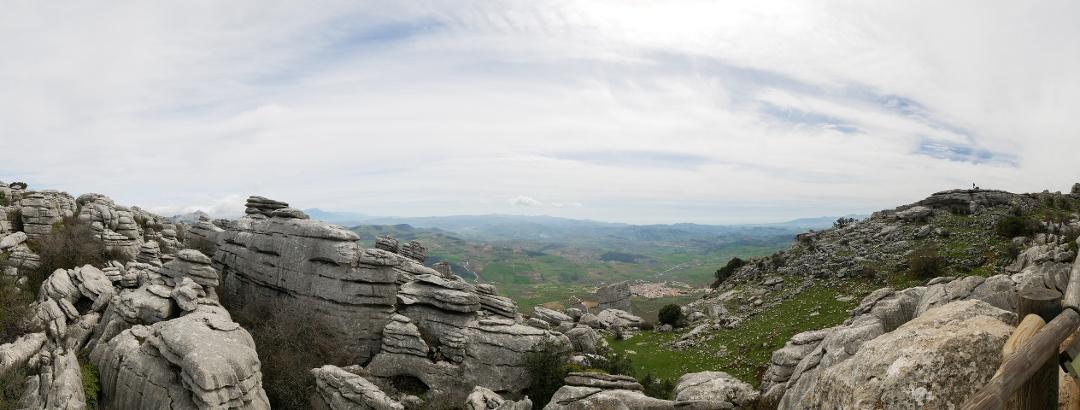 """Panorama am Aussichtspunkt """"Las Ventanillas"""". Zu sehen sind die Ortschaft Villanueva de la Concepción, das Tal des Flusses Campanillas und die Gebirgslandschaft nördlich von Málaga."""