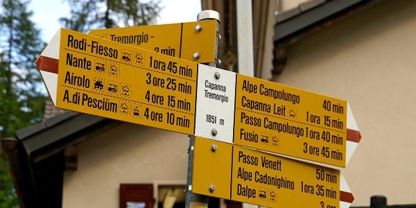 Wegweiser bei der Capanna Tremorgio.
