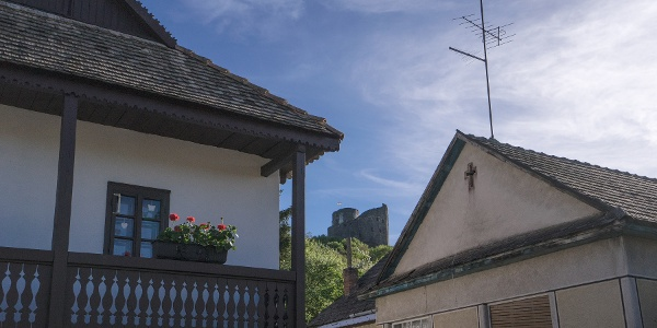 A Hollókői vár az Ófaluból nézve