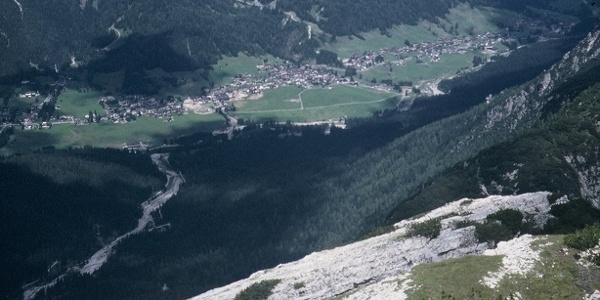 Gli ultimi metri della cresta sommitale e grande panorama su Sappada e su i monti del versante settentrionale