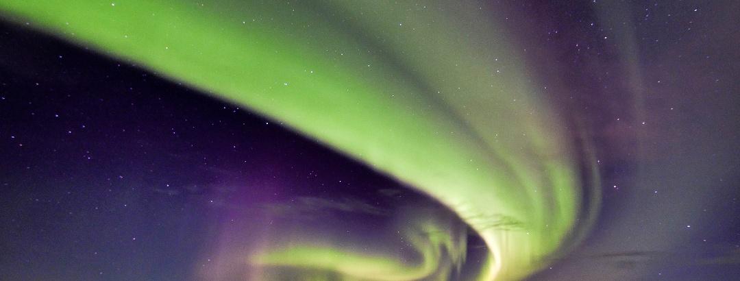 Doppeltes Polarlicht über dem Wasser