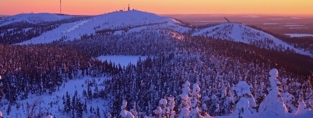 Sonnenuntergang über dem Skiort Ruka
