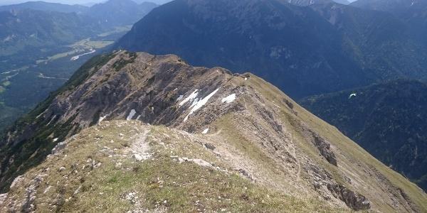 Rückblick des Anstiegsweg - im Hintergrund Graswangtal