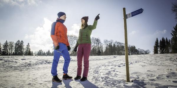 Wanderer auf dem Premium-Winterwanderweg Wintermärchen