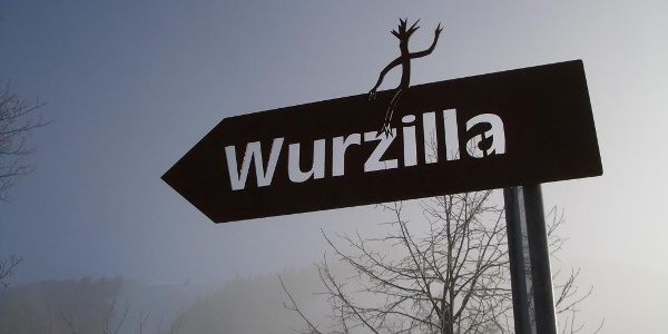 Wurzilla wird als kleine Wurzel dem Boden entrissen und begegnet auf der anschliessenden Suche nach dem Drachen verschiedenen Lebewesen