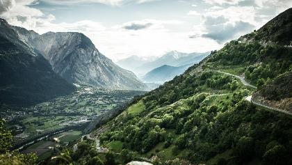 Blick auf den Illgraben und das Dorf Susten