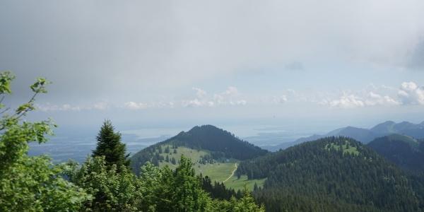 Blick von der Hochries in Richtung Chiemsee und Riesenalmen