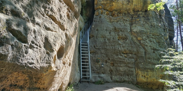 Der Einstieg in die dunkle Felspalte der Burg Falkenstein