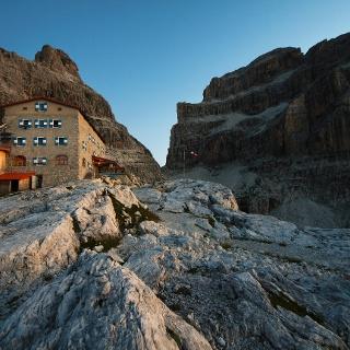 Il rifugio Pedrotti e le Dolomiti di Brenta