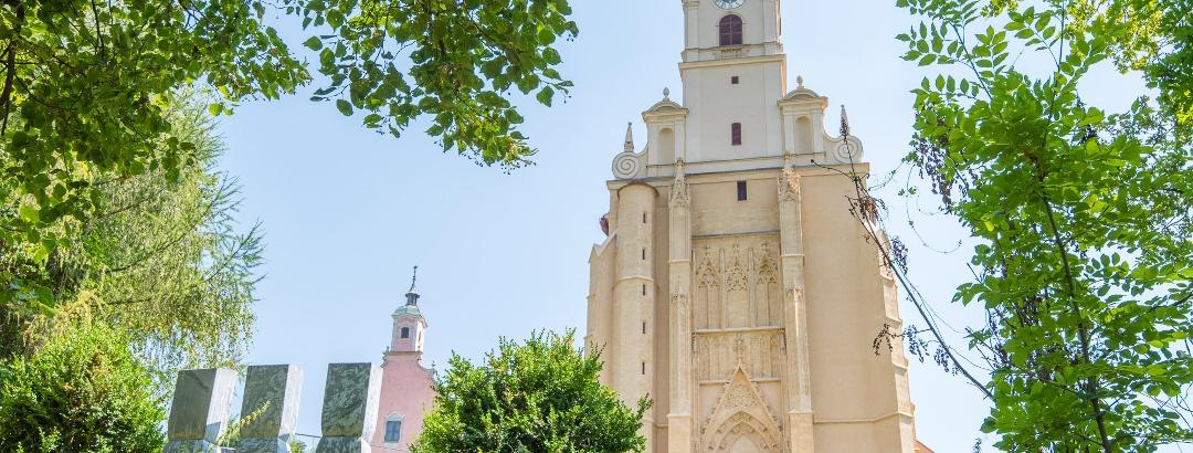 Wallfahrtskirche Pöllauberg mit Annakirche und Steinstelen