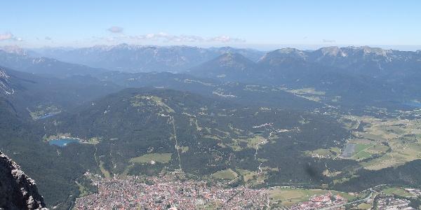Blick über Mittewald Richtung Garmisch-Partenkirchen
