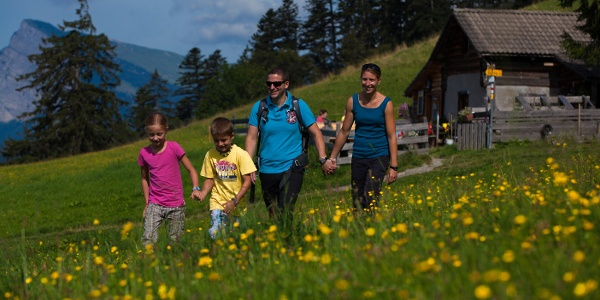 Familie auf dem Heidi Erlebnisweg in Maienfeld.