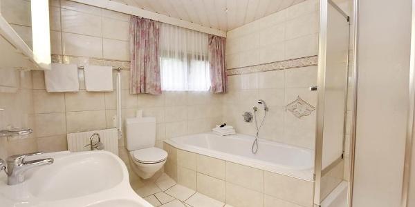 großes Bad mit Badewann u Dusche