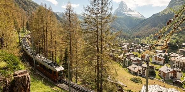 Avec vue sur le Cervin, le village et le chemin de fer Gornergrat.