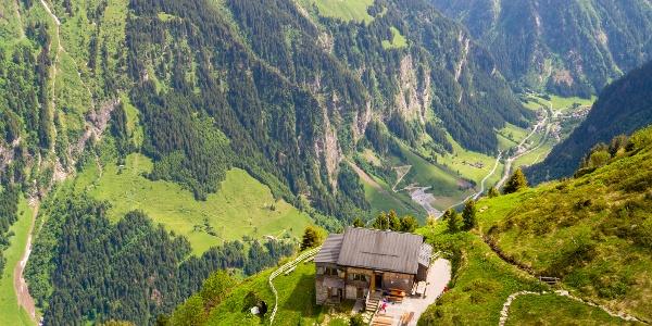 Die Gamshütte ist die Aussichtskanzel über dem Tal des Zemmbach und auf Ginzling
