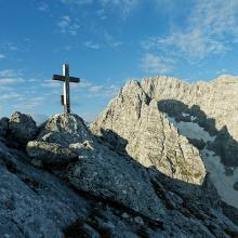 Gipfelkreuz der Schärtenspitze vor Blaueisspitze und Hochkalter.