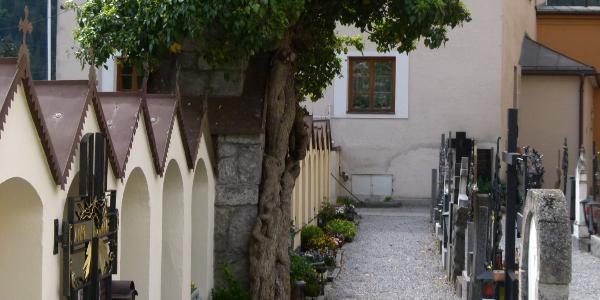 Friedhof der Pfarrkirche Silz mit eigentümliche Arkaden
