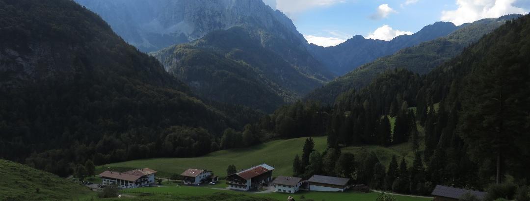 Der Wilde Kaiser über dem Gasthaus Altmühle