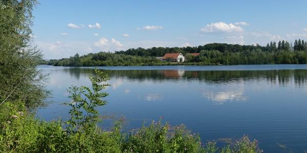 Blick über den Lippesee auf Gut Lippesee