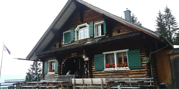 Die Haupteingangsseite der Gafadurahütte.