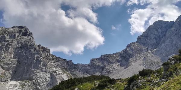 Steile Kalkwände und grüne Almwiesen