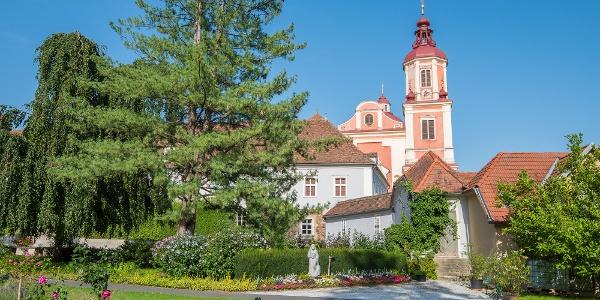 Schlosspark Pöllau: Aussicht auf die Pfarrkirche Pöllau