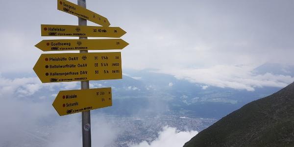 Wegweiser am Goetheweg mit Blick auf Innsbruck
