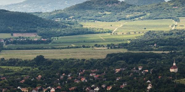 A Szent György-hegy és a Csobánc, tetején a várral, az Eötvös Károly-kilátóból. Alattunk Szentbékkálla