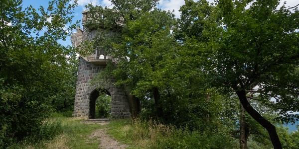 Der Julianus-Aussichtsturm auf Hegyes-tető