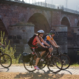 Radfahrer bei der Römerbrücke in Trier