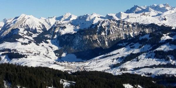 Aussicht ab Furggelen auf das Dorf Oberiberg und die umliegenden Berge