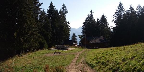 Bazora Skihütte, 1340 m mit Brunnen