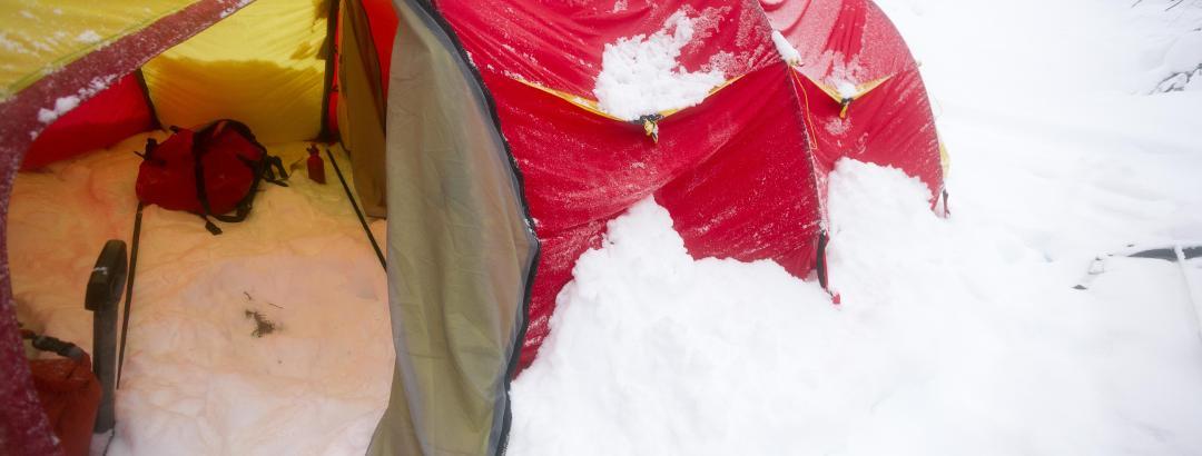 Verschneites Zelt am Morgen