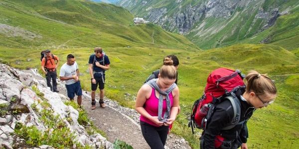 Die ersten Höhenmeter kommen gleich nach der Kemptner Hütte. Dafür ist der Weg nicht schwierig.