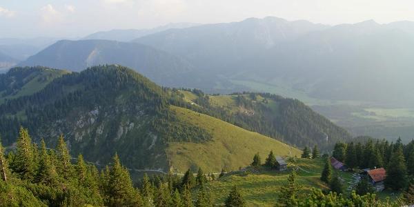 Die Hubertushütte liegt auf einem Absatz unterhalb des Gipfels