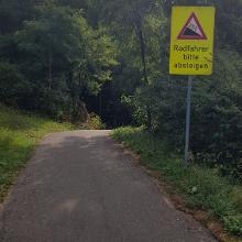 Auch den Weg konnte ich runter fahren. Bergauf (mit Gepäck) ist das schon heftig...