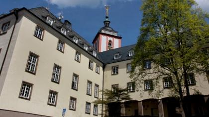 Das historische Rathaus liegt unterhalb des Siegener Wahrzeichens, der Nikolaikirche mit dem Krönchen