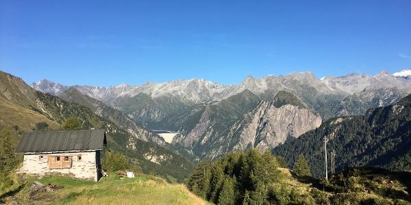 Blick von der Capanna Bovarina auf die Adulakette