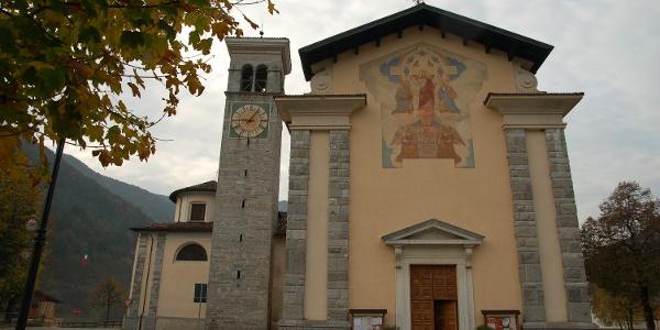 Piazza Milín con la chiesa di Tiarno di Sopra