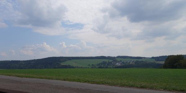 Aussicht von einer Ruhebank am Wegesrand