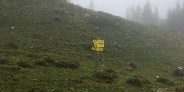 """3.80 km - Am Wegweiser rechts abbiegen (""""Rauchkögerl"""")."""