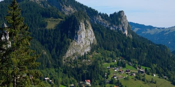 Blick auf Ebnit mit den beiden Bergspitzen Große und Kleine Klara