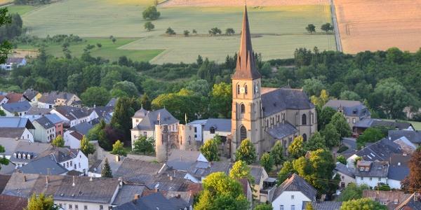 Welschbillig Kirche und Burganlage