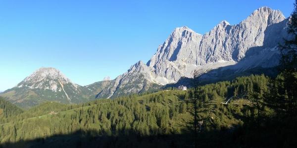 Rötelstein, Bischofsmütze, Raucheck, Torstein, Mitterspitz und Dachstein von der Austriahütte