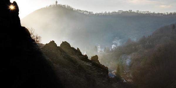 A szarvaskői várromok napfelkeltében, a távolban a Major-tetői kilátó