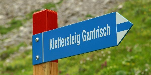 Weiss-blau-weiss markiert zum Klettersteig Gantrisch.