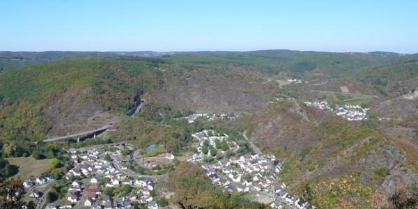 Wunderschöner Ausblick vom Hornberg über das Ahrgebirge und in das Ahrtal bei Altenahr-Altenburg